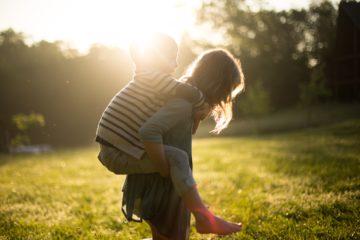 mama z dzieckiem na ramionach